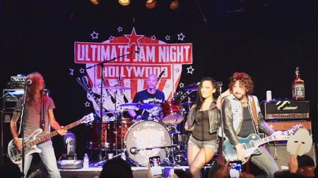 Pantera, L.A. Guns, Butcher Babies исполняют «Ace Of Spades»